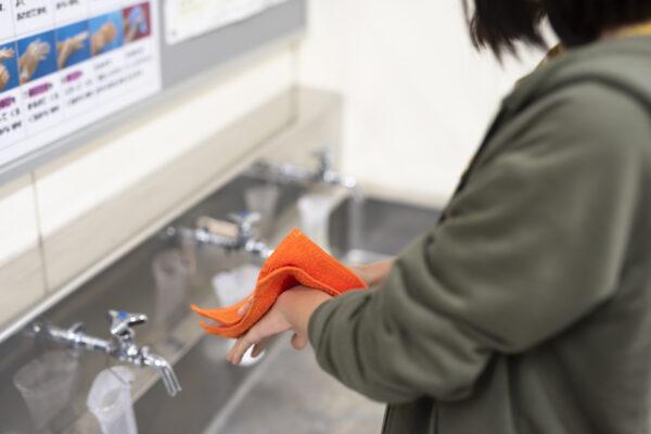 手を拭く子ども